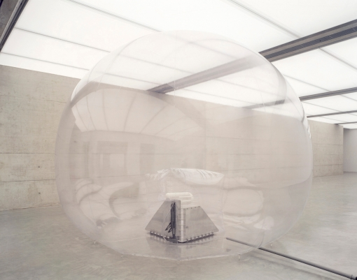 Walter Pichler, Großer Raum (Prototyp 3), 1966-67 Sculpture, Aluminum, sprayed with zinc, PVC-foil, pneumatic, electric blower, 450 x ø 500 cm © Generali Foundation Photo: Werner Kaligofsky
