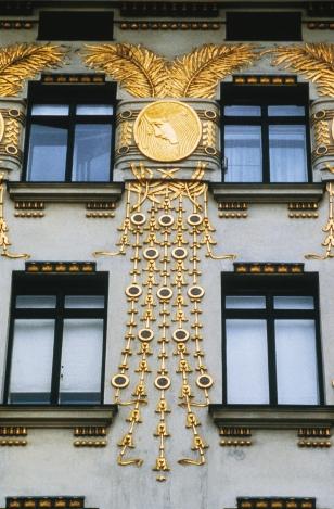 Majolikahaus 6, Linke Wienzeile 40 Das zu seiner Zeit modernste Wohnhaus Wiens wurde von Otto Wagner im Jugendstil (1898-1899) errichtet. Auf eigene Kosten realisierte der Architekt hier seine Idee mehrfarbiger, leicht zu reinigender Fassaden: Anstelle des damals Ÿblichen Au§enputzes verwendete er witterungsunempfindliche Majolikafliesen. Die Ÿppige pflanzliche Ornamentik dieser Fliesen lŠ§t den Betrachter Ÿber die rahmenlos eingesetzten Fenster - 1899 eine architektonische Ungeheuerlichkeit und noch 10 Jahre spŠter ein Skandal: Looshaus - hinwegsehen. Das benachbarte Eckhaus Linke Wienzeile 38 baute Wagner zur gleichen Zeit. Die vergoldeten Medaillons an der Fassade gestaltete Kolo Moser.