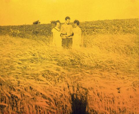 Teresa Gierzyńska, Było gorąco, wiał silny wiatr, pachniało zboże [It Was Hot, a Strong Wind Blew, the Air Smelled of Grain], 1976, photomontage, gelatin silver print mounted on cardboard, aniline-dyed, 39 x 46,7 cm, unique piece, © Teresa Gierzyńska, courtesy of Pola Magnetyczne