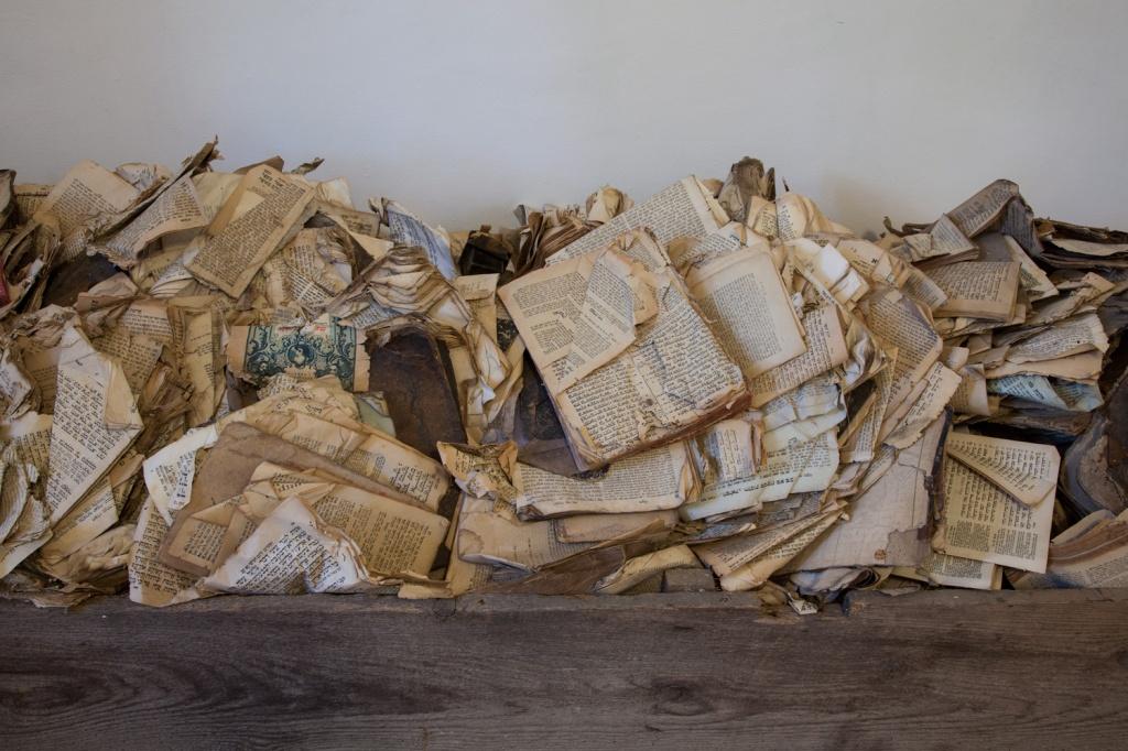 detail-shot-of-stefan-savas-the-wooden-box-2010-2