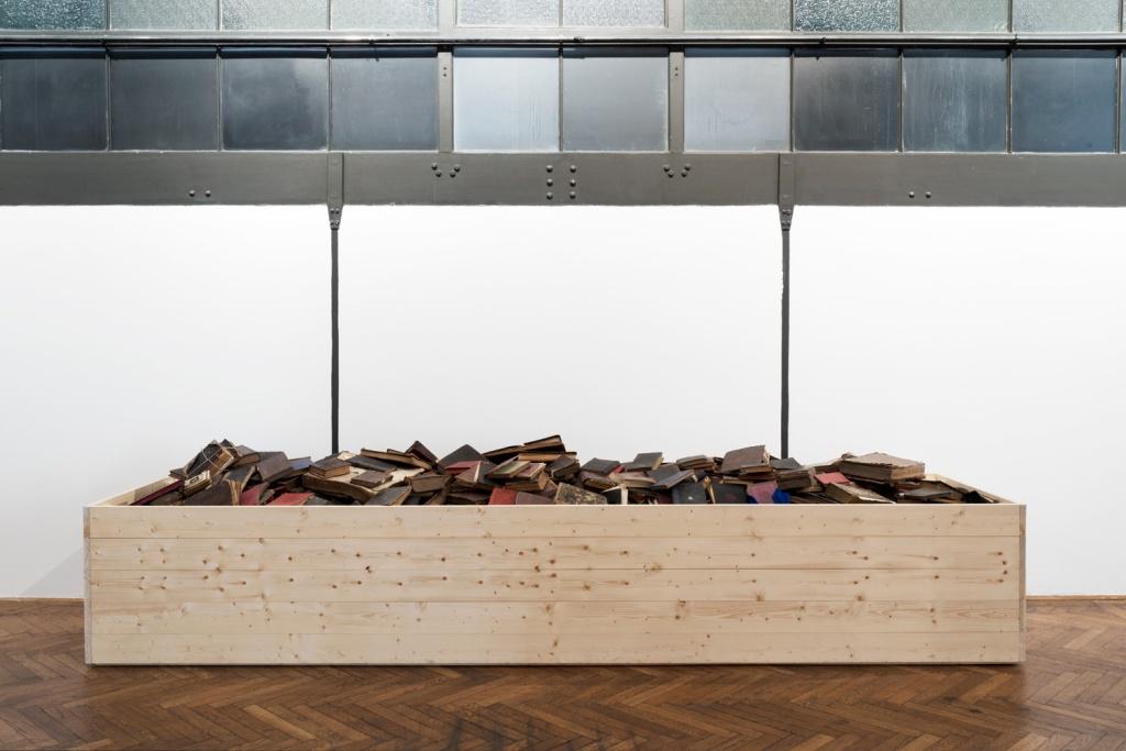 stefan-savas-untitled-2015-a-remake-of-the-wooden-box-2010-photo-aslan-kudrnofsky
