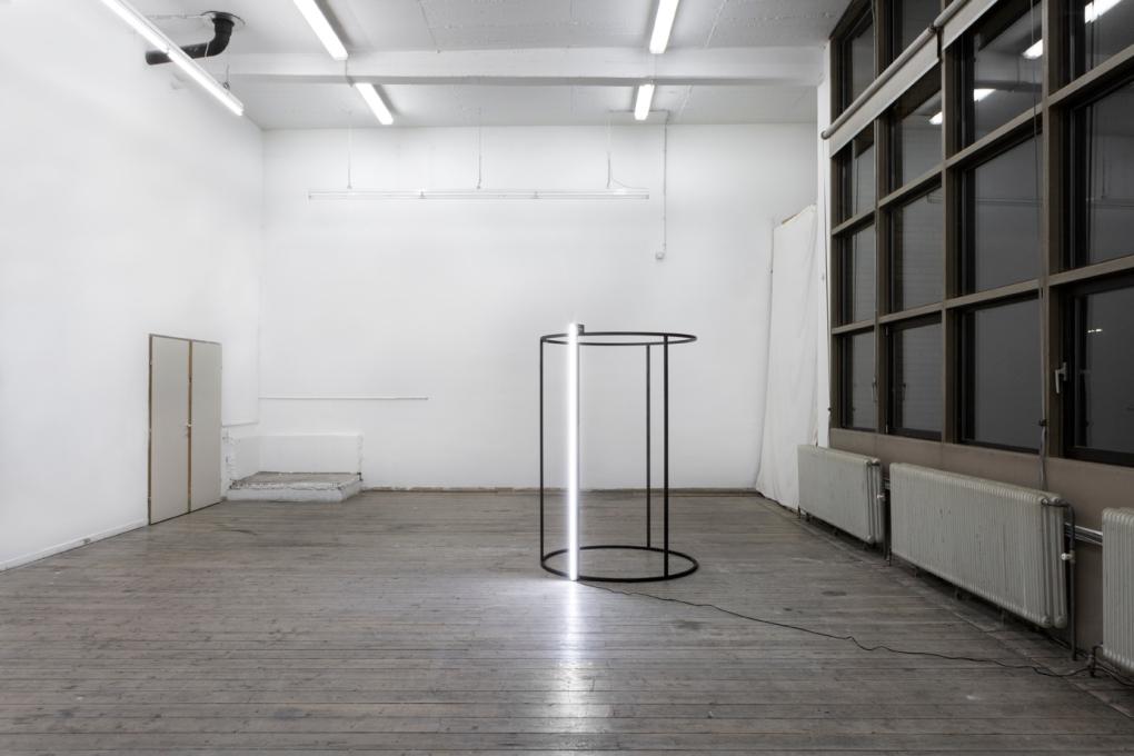 Ausstellungsansicht A matter of time, 2017, Stahl, LED-Leiste, Motor, Mikrocontroller, DC Wandler, Transistor, Netzteil, Kabel 190 x 135 cm © Miriam Hamann