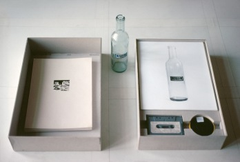 Ernst Caramelle Resümee, 1976 Kartonbox (40,5 x 26 x 8 cm), 23 Zeichnungen/Collagen (je 21 x 29,7 cm), 12 Fotografien (je 30 x 24 cm), 1 Super-8-Film (3 min 57 s), 1 Tonband (30 min), 1 Objekt (Flasche) / Cardboard box (40,5 x 26 x 8 cm), 23 drawings/collages (each 21 x 29,7 cm), 12 photograohs (each 30 x 24 cm), 1 Super 8 film (3 min 57 s), 1 tape (30 min), 1 object (bottle) © Archiv Ernst Caramelle