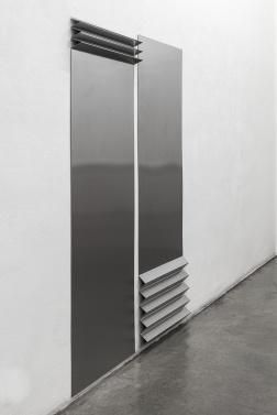 TONI SCHMALE falte 1 & falte 2, 2019 stainless steel 179 x 75 cm & 183 x 75 cm Courtesy Christine König Galerie, Vienna and the artist © Photo: Philipp Friedrich
