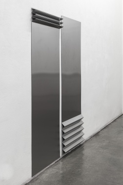 TONI SCHMALE falte 1 & falte 2, 2019 stainless steel 179 x 75 cm & 183 x 75 cm Courtesy Christine König Galerie, Vienna and the artist